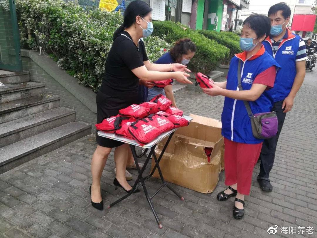 上海海亿达护理站慰问现场